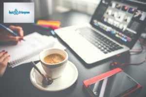 ofis masasında kahve ve bilgisayar