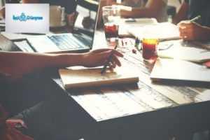 ofis masası üzerinde bilgisayar notlar ve kahve