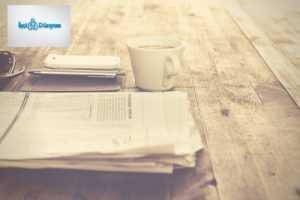 masa üstünde kağıtlar ve kahve