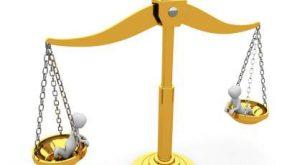 adalet terazisi sarı altın renginde
