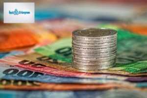 kağıt paralar üzerinde bir bozuk para kulesi