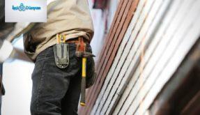 cebinde çekiç ve pense olan inşaat işçisi