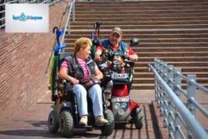 tekerlekli sandalyede giden iki kişi