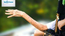tekerlekli sandalyede oturan ve tek kolu görünen yaşlı adam