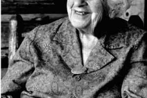gülümseyen yaşlı kadın