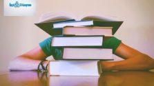 kitapların arkasında uyuyan öğrenci