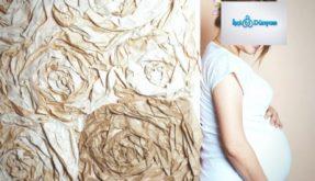 duvara yaslanmış hamile kadın