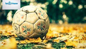 futbol sahasında duran eski top