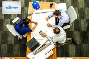 dikdörtgen masada toplantı yapan ofis çalışanları