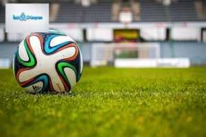 futbol sahasında duran renkli futbol topu