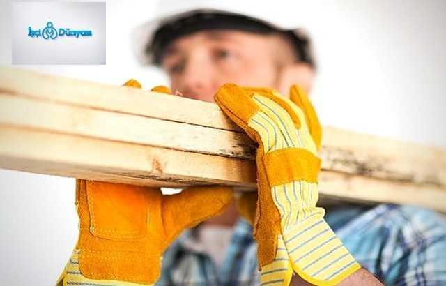 kalas taşıyan inşaat işçisi