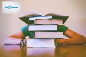kitapların arkasına saklanan çocuk