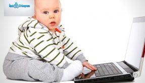 bilgisayarla oynayan bebek