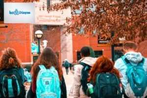 okula giden öğrenciler