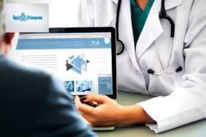 hastasıyla konuşan bir doktor