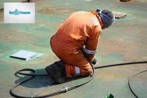 çalışan turuncu giysili işçi