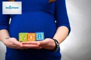 mavi kazaklı hamile kadın